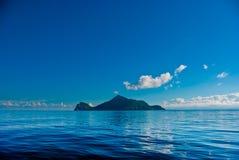 Piccola isola in mare blu Immagini Stock Libere da Diritti