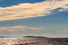 Piccola isola in mare di Barents sul tramonto Mare Glaciale Artico, Kola Peninsula, Russia fotografia stock
