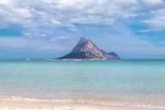 Piccola isola mountany veduta dalla spiaggia Immagine Stock Libera da Diritti