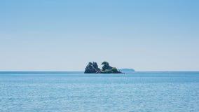 Piccola isola nel mare immagine stock libera da diritti
