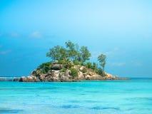 Piccola isola rocciosa fuori dalla costa delle Seychelles con il beautifu Fotografie Stock