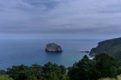 Piccola isola rocciosa sola fotografie stock