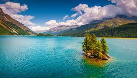 Piccola isola sul lago Silsersee nelle alpi svizzere Immagini Stock