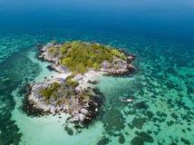 Piccola isola vicino al mare delle Andamane della spiaggia di Koh Lipe visto dal fuco Immagine Stock