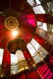 Piccola lampada dentro il segnale nautico del faro storico della lente di Fresnel Immagine Stock Libera da Diritti