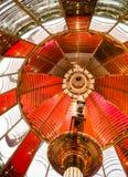 Piccola lampada dentro il segnale nautico del faro storico della lente di Fresnel Immagine Stock