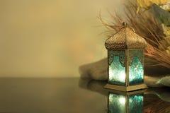 Piccola lanterna con paglia nel fondo Fotografia Stock