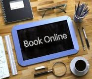 Piccola lavagna con il libro online 3d Fotografia Stock