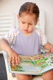 Piccola lettura della ragazza Fotografia Stock Libera da Diritti