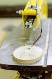 Piccola macchina all'inizio di lavoro sulla scultura del giocattolo di legno Fotografie Stock