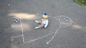 Piccola madre del disegno del bambino su asfalto stock footage
