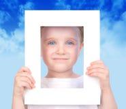 Piccola maschera sveglia del blocco per grafici della holding del ragazzo Fotografie Stock Libere da Diritti
