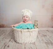 Piccola merce nel carrello divertente di fare da baby-sitter Immagine Stock Libera da Diritti