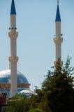 Piccola moschea con due torri ed i tetti blu dentro Fotografie Stock