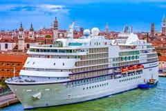 Piccola nave da crociera a Venezia Immagini Stock