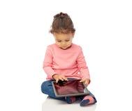 Piccola neonata che gioca con il computer del pc della compressa Fotografia Stock