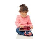 Piccola neonata che gioca con il computer del pc della compressa Immagini Stock Libere da Diritti