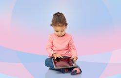 Piccola neonata che gioca con il computer del pc della compressa Immagini Stock