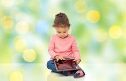 Piccola neonata che gioca con il computer del pc della compressa Fotografie Stock