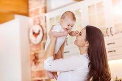 Piccola neonata che gioca con sua madre immagini stock libere da diritti