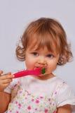 Piccola neonata che mangia broccolo con la forcella Fotografia Stock Libera da Diritti