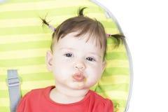 Piccola neonata che mangia una purea di vegetali Fotografia Stock
