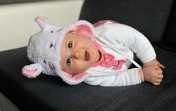 Piccola neonata che porta un cappello sveglio con le orecchie fotografie stock libere da diritti