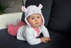 Piccola neonata che porta un cappello sveglio con le orecchie Fotografia Stock