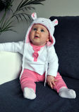 Piccola neonata che porta un cappello sveglio con le orecchie Immagine Stock
