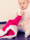 Piccola neonata che si siede sul pavimento Fotografia Stock