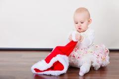 Piccola neonata che si siede sul pavimento Fotografia Stock Libera da Diritti