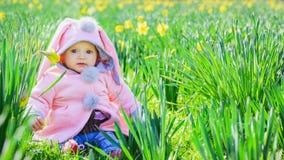 Piccola neonata con i fiori Fotografia Stock