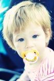 Piccola neonata con la tettarella immagini stock libere da diritti