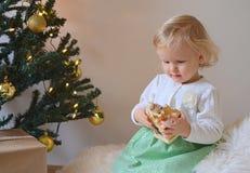 Piccola neonata con le decorazioni di Natale Immagini Stock Libere da Diritti