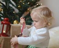 Piccola neonata con le decorazioni di Natale Fotografia Stock