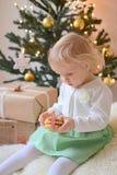 Piccola neonata con le decorazioni di Natale Immagini Stock