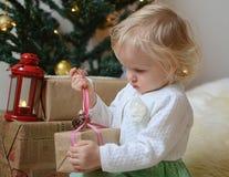 Piccola neonata con le decorazioni di Natale Immagine Stock Libera da Diritti