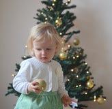 Piccola neonata con le decorazioni di Natale Fotografia Stock Libera da Diritti
