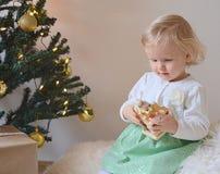 Piccola neonata con le decorazioni di Natale Immagine Stock