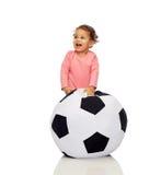 Piccola neonata del mulatto felice che gioca con la palla Fotografia Stock