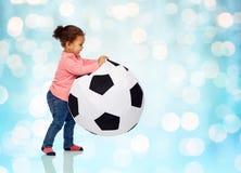 Piccola neonata del mulatto felice che gioca con la palla Fotografia Stock Libera da Diritti
