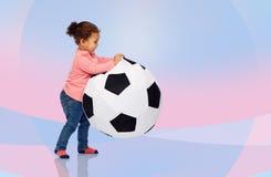 Piccola neonata del mulatto felice che gioca con la palla Immagini Stock Libere da Diritti