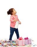 Piccola neonata felice con i peresents di compleanno Fotografia Stock