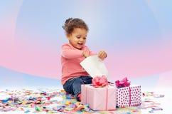 Piccola neonata felice con i regali di compleanno Fotografia Stock Libera da Diritti