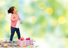 Piccola neonata felice con i regali di compleanno Immagine Stock