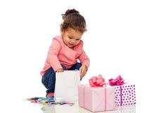 Piccola neonata felice con i regali di compleanno Fotografie Stock