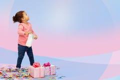 Piccola neonata felice con i regali di compleanno Immagine Stock Libera da Diritti