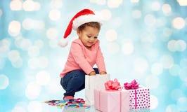 Piccola neonata felice con i regali di Natale Fotografia Stock Libera da Diritti
