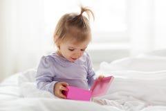 Piccola neonata felice con il contenitore di regalo a casa Immagini Stock Libere da Diritti