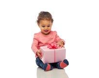 Piccola neonata felice con regalo di compleanno Immagini Stock Libere da Diritti